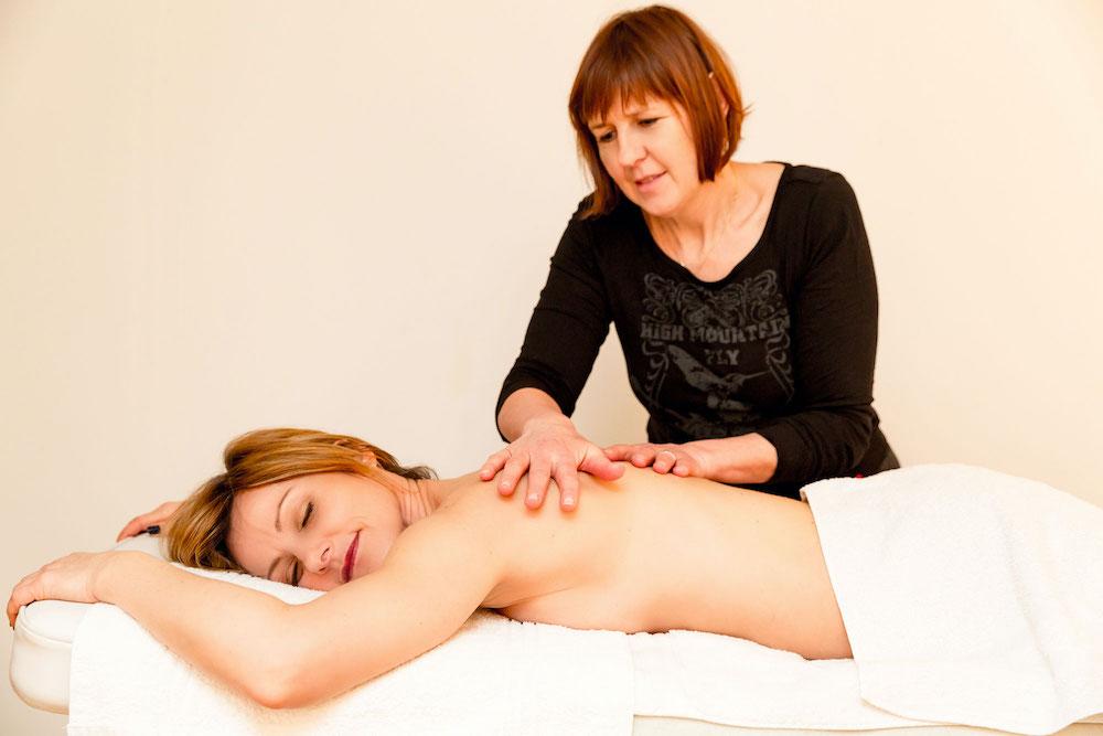 Nathalie ehlig saisant un massage à un hôte des chambres d'hôtes