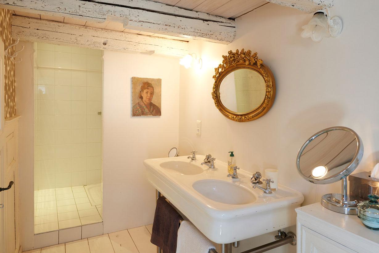Salle de douche avec double vasque de la chambre d'hôtes