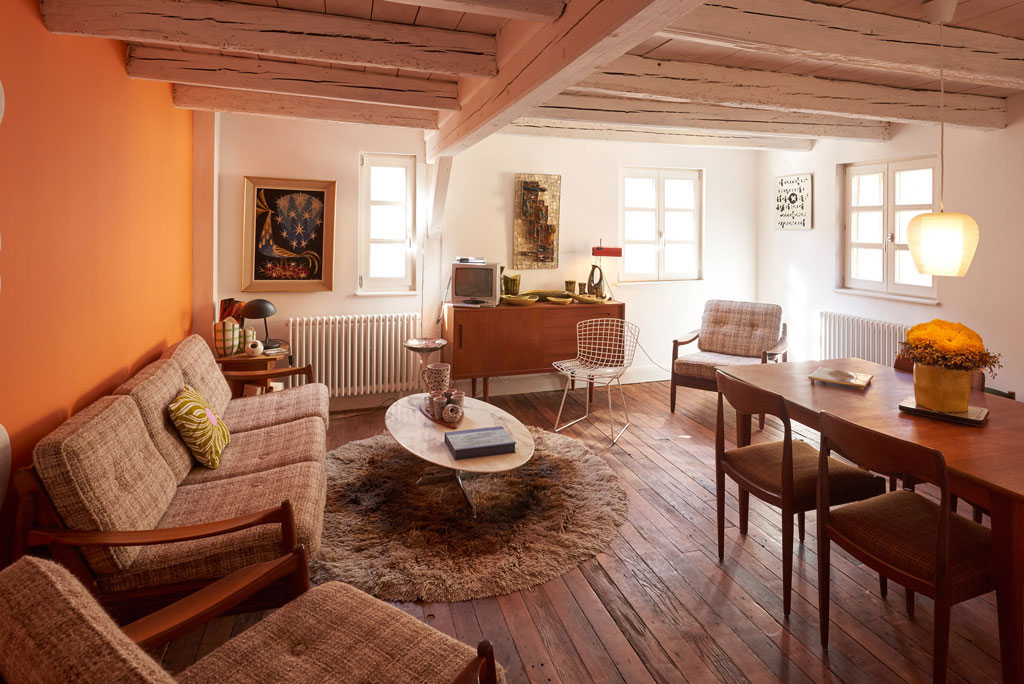 Salon commun de la chambre d'hôte dans maison alsacienne avec chaise bertoïa