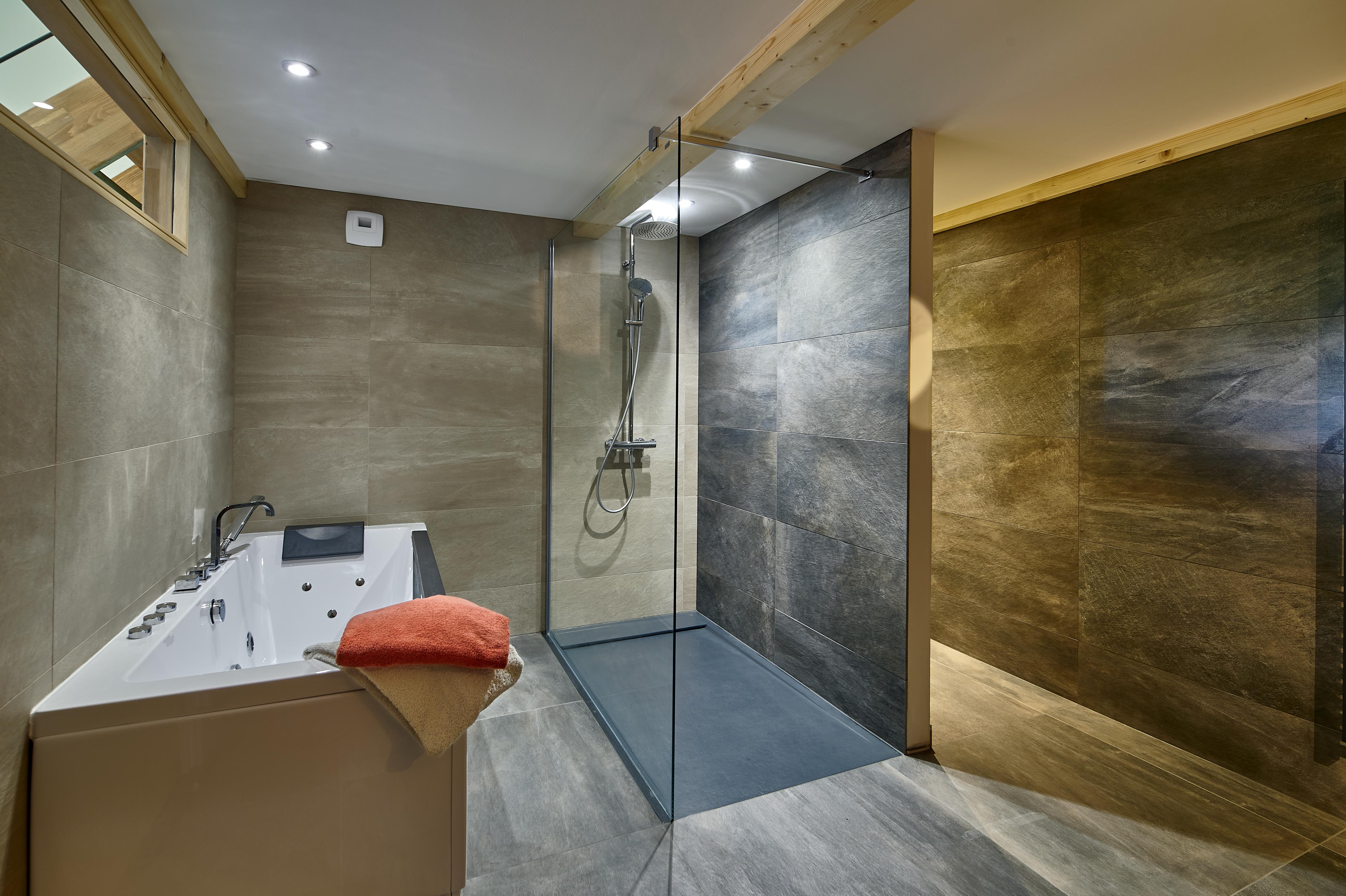 salle de bain avec doche à l'italienne du gîte